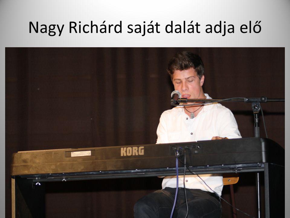 Nagy Richárd saját dalát adja elő