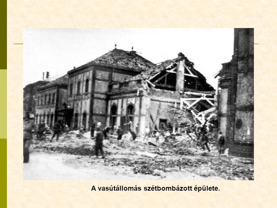 A vasútállomás szétbombázott épülete.