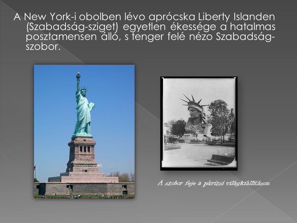 A New York-i obolben lévo aprócska Liberty Islanden (Szabadság-sziget) egyetlen ékessége a hatalmas posztamensen álló, s tenger felé nézo Szabadság-szobor.