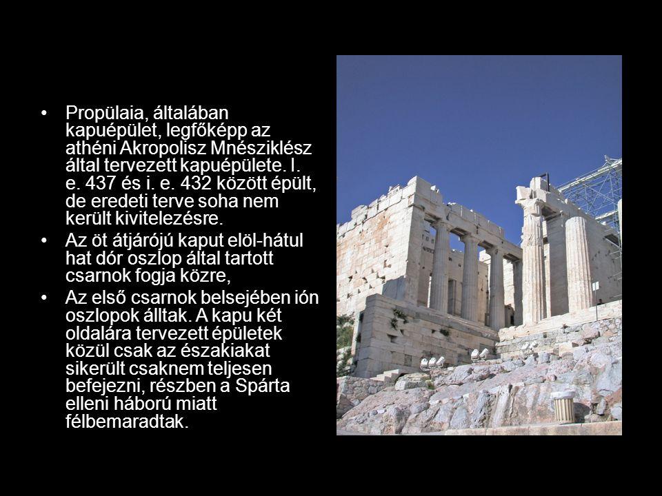 Propülaia, általában kapuépület, legfőképp az athéni Akropolisz Mnésziklész által tervezett kapuépülete. I. e. 437 és i. e. 432 között épült, de eredeti terve soha nem került kivitelezésre.