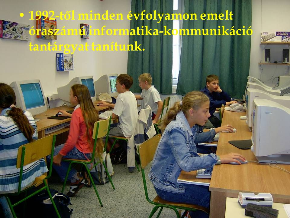 1992-től minden évfolyamon emelt óraszámú informatika-kommunikáció tantárgyat tanítunk.