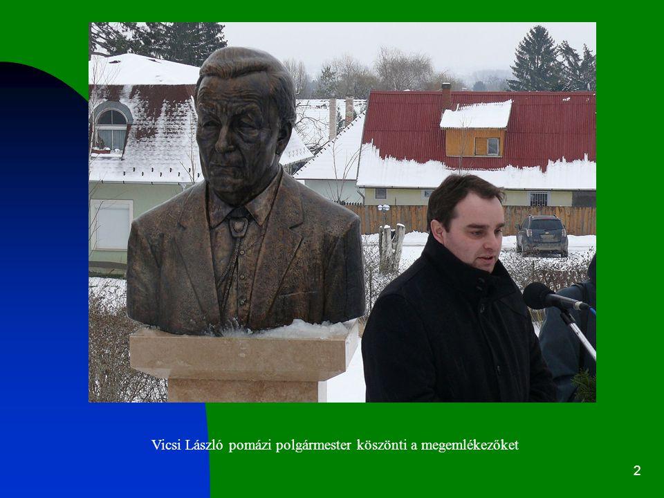 Vicsi László pomázi polgármester köszönti a megemlékezőket