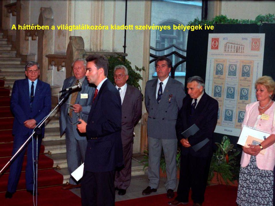 A háttérben a világtalálkozóra kiadott szelvényes bélyegek íve
