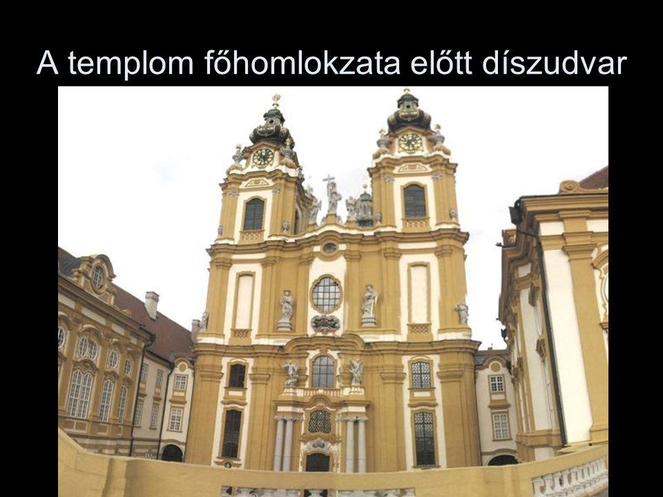 A templom főhomlokzata előtt díszudvar