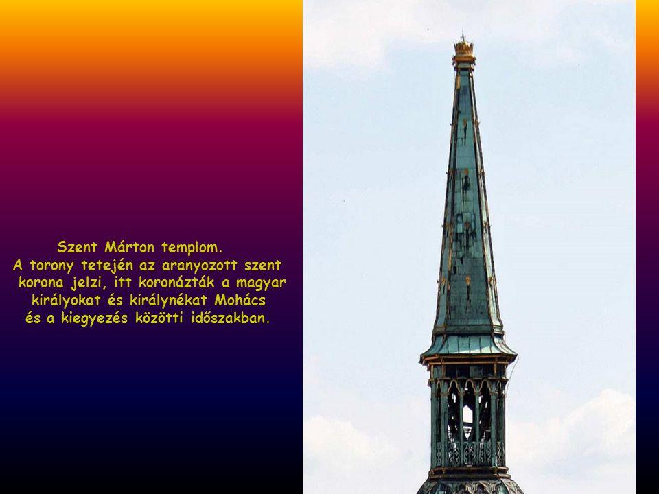 Szent Márton templom. A torony tetején az aranyozott szent. korona jelzi, itt koronázták a magyar.