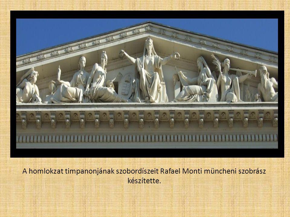A homlokzat timpanonjának szobordíszeit Rafael Monti müncheni szobrász készítette.