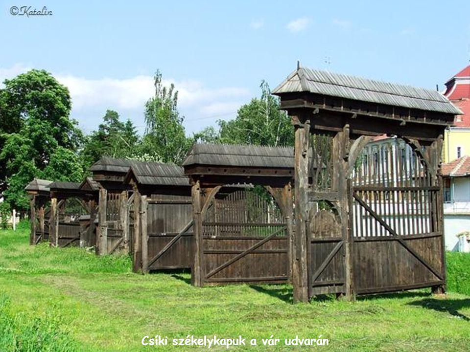 Csíki székelykapuk a vár udvarán