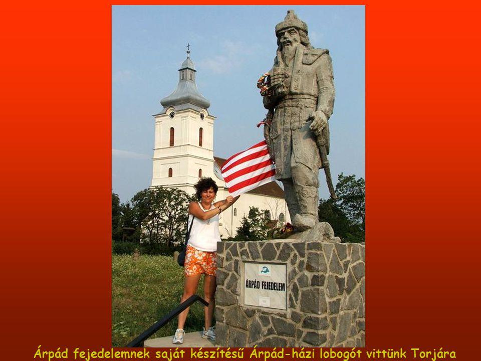 Árpád fejedelemnek saját készítésű Árpád-házi lobogót vittünk Torjára