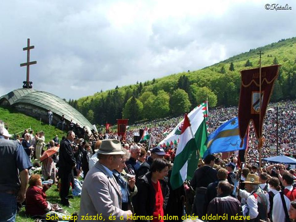 Sok szép zászló, és a Hármas-halom oltár oldalról nézve