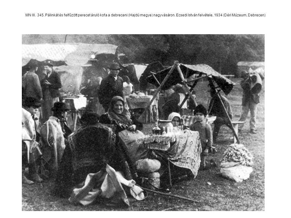 MN III. 345. Pálinkát és felfűzött perecet áruló kofa a debreceni (Hajdú megye) nagyvásáron.