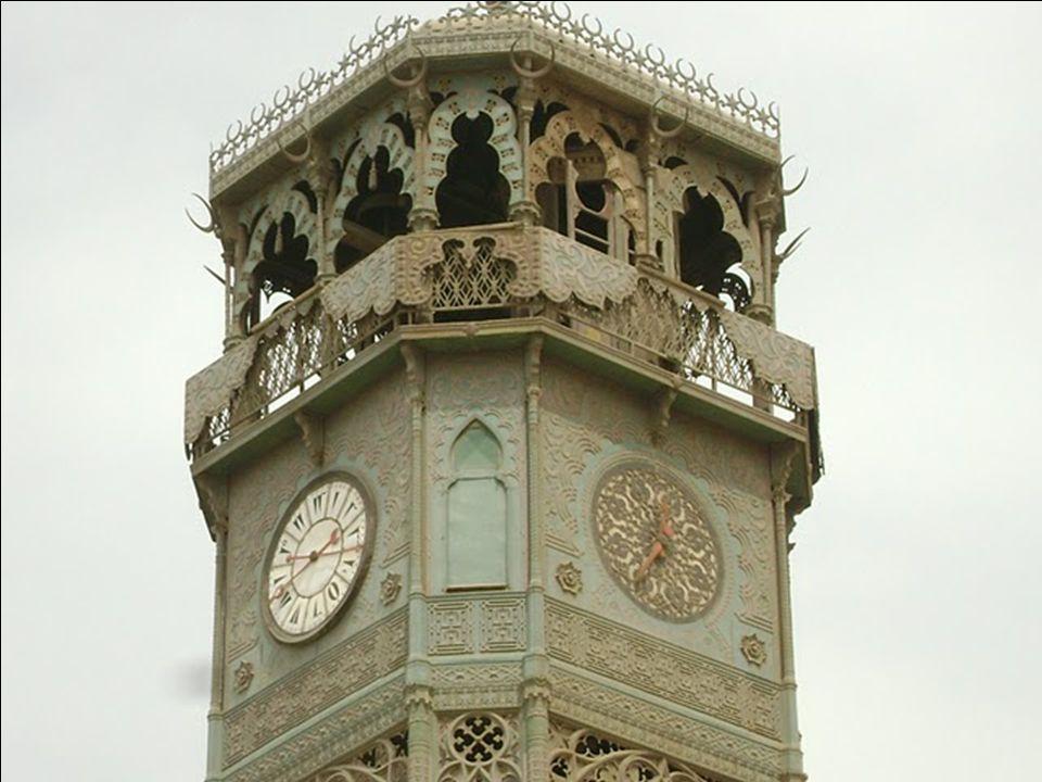 Az udvarban, a bejárathoz közel álló sárgaréz óratoronyban helyezték el azt az órát, amelyet Lajos Fülöp francia király küldött ajándékba, cserébe a párizsi Concorde téren felállított obeliszkért.