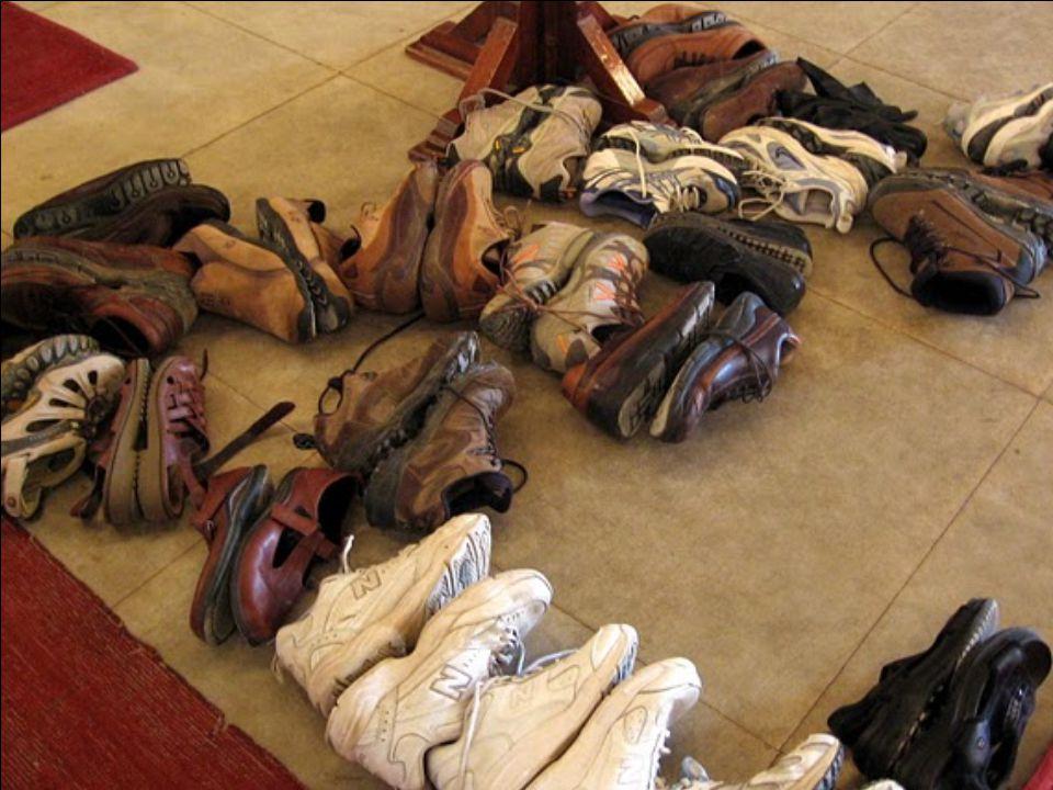 A mecsetbe csak cipő nélkül lehet bemenni