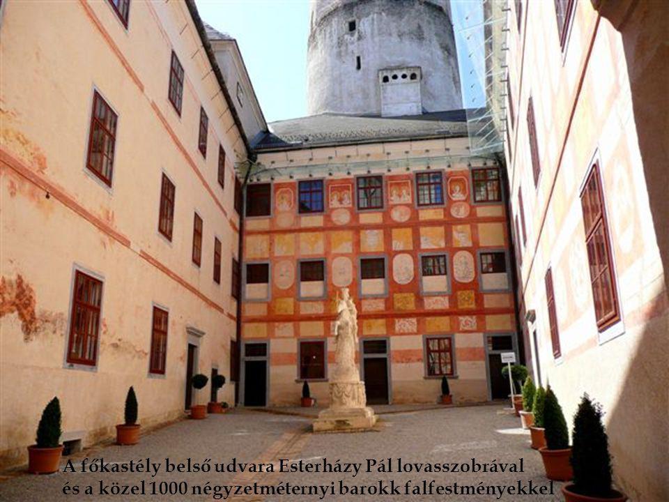 A főkastély belső udvara Esterházy Pál lovasszobrával