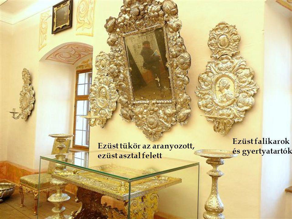 Ezüst falikarok és gyertyatartók Ezüst tükör az aranyozott, ezüst asztal felett