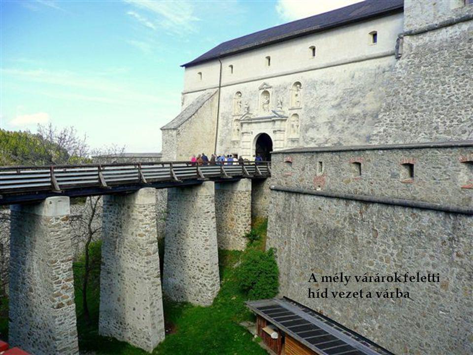 A mély várárok feletti híd vezet a várba