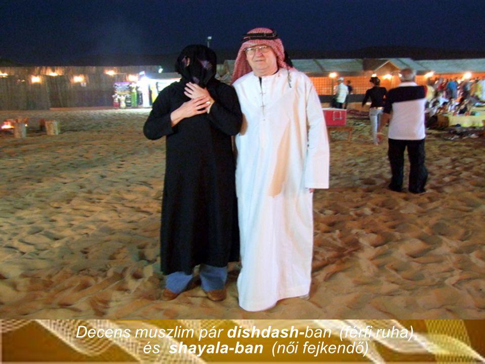 Decens muszlim pár dishdash-ban (férfi ruha), és shayala-ban (női fejkendő)