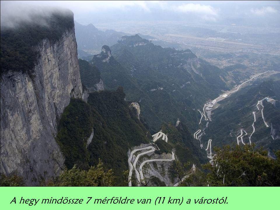 A hegy mindössze 7 mérföldre van (11 km) a várostól.