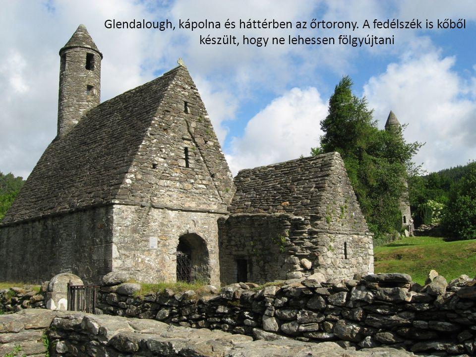 Glendalough, kápolna és háttérben az őrtorony. A fedélszék is kőből