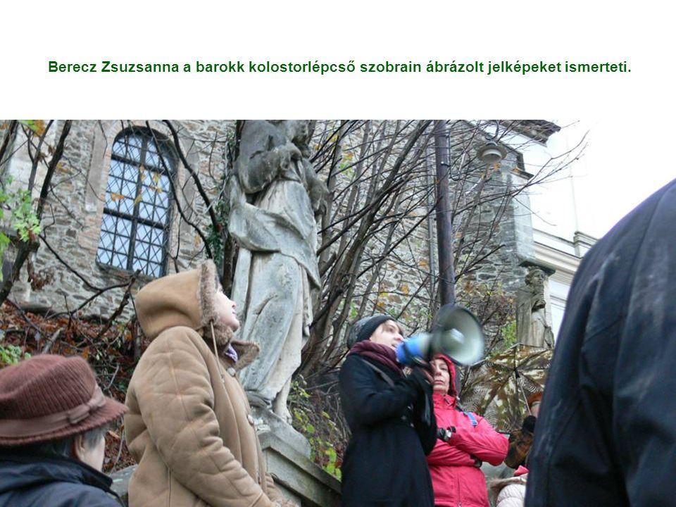 Berecz Zsuzsanna a barokk kolostorlépcső szobrain ábrázolt jelképeket ismerteti.
