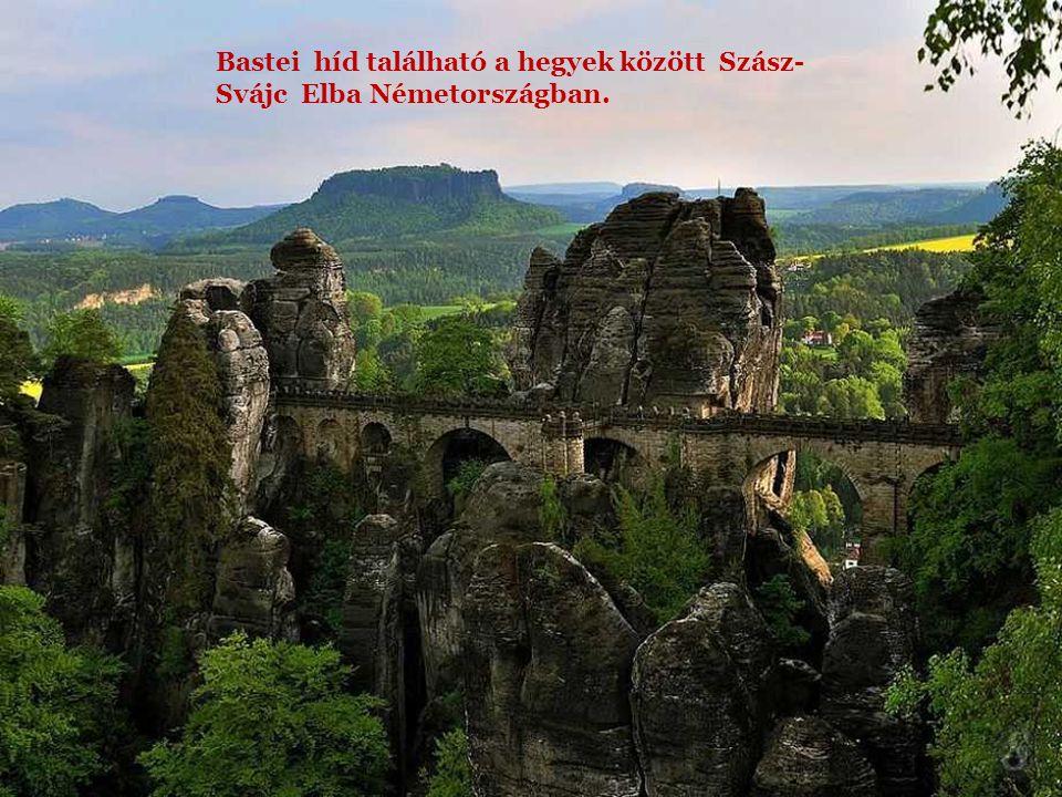 Bastei híd található a hegyek között Szász-Svájc Elba Németországban.