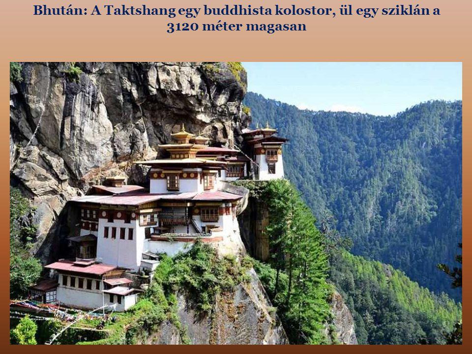 Bhután: A Taktshang egy buddhista kolostor, ül egy sziklán a 3120 méter magasan