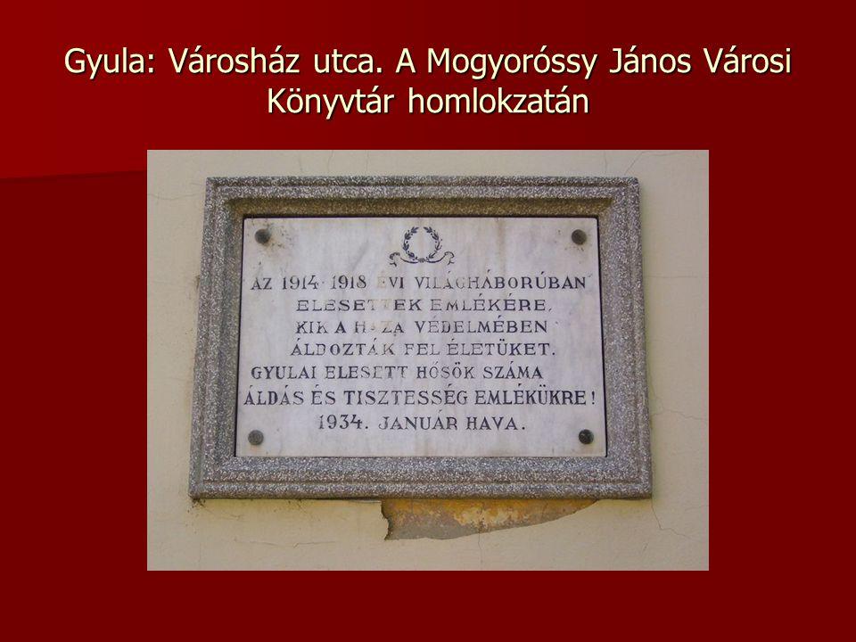 Gyula: Városház utca. A Mogyoróssy János Városi Könyvtár homlokzatán