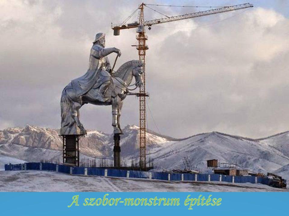 A szobor-monstrum építése
