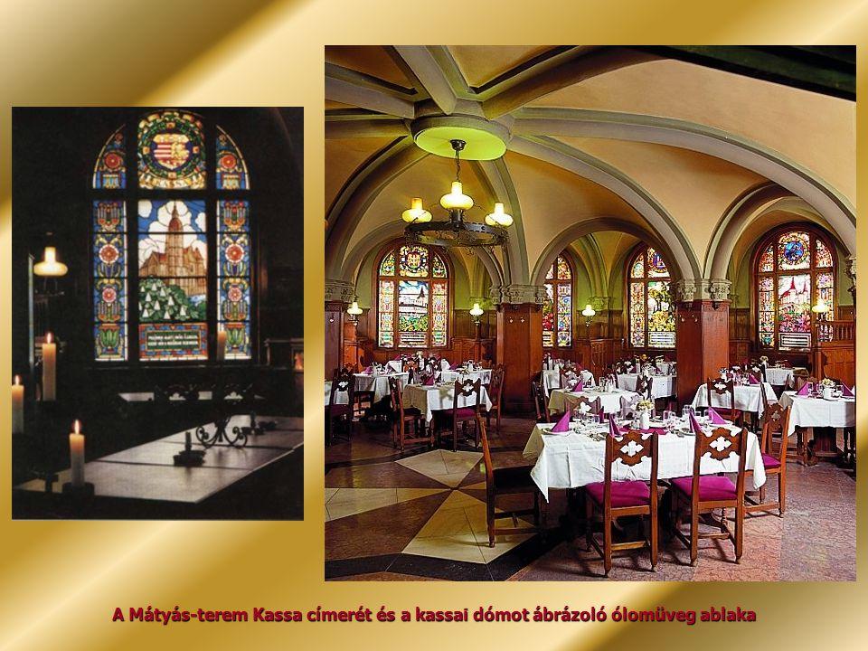A Mátyás-terem Kassa címerét és a kassai dómot ábrázoló ólomüveg ablaka