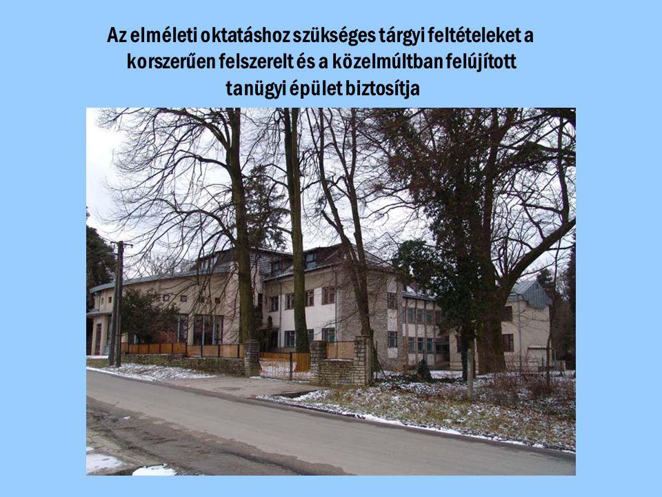 Az elméleti oktatáshoz szükséges tárgyi feltételeket a korszerűen felszerelt és a közelmúltban felújított tanügyi épület biztosítja