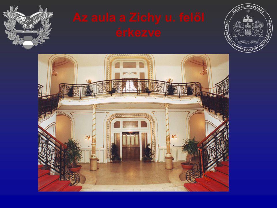 Az aula a Zichy u. felől érkezve