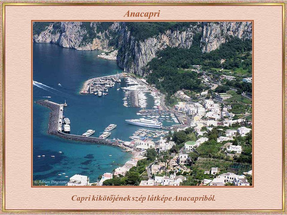 Capri kikötőjének szép látképe Anacapriból.
