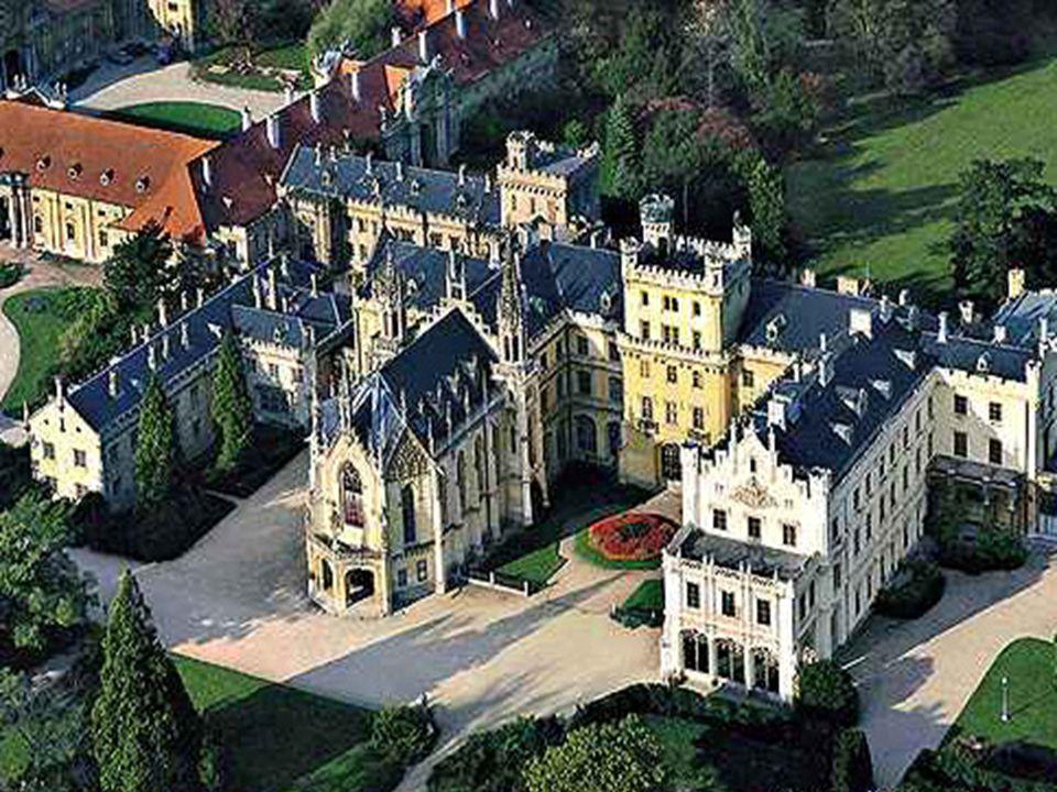 A Lednice-vár egy romantikus vár Csehországban, Brnotól dél-keletre, Břeclav közelében.