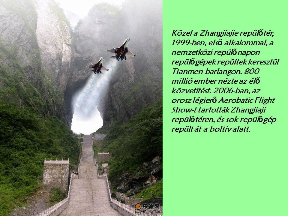 Közel a Zhangjiajie repülőtér, 1999-ben, első alkalommal, a nemzetközi repülőnapon repülőgépek repültek keresztül Tianmen-barlangon.