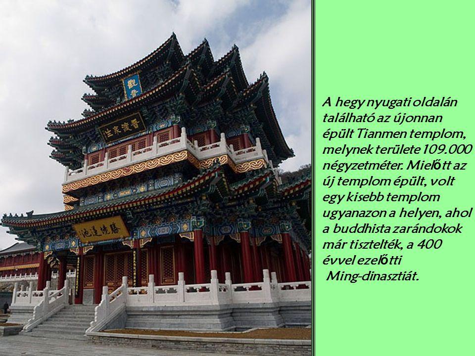A hegy nyugati oldalán található az újonnan épült Tianmen templom, melynek területe 109.000 négyzetméter. Mielőtt az új templom épült, volt egy kisebb templom ugyanazon a helyen, ahol a buddhista zarándokok már tisztelték, a 400 évvel ezelőtti