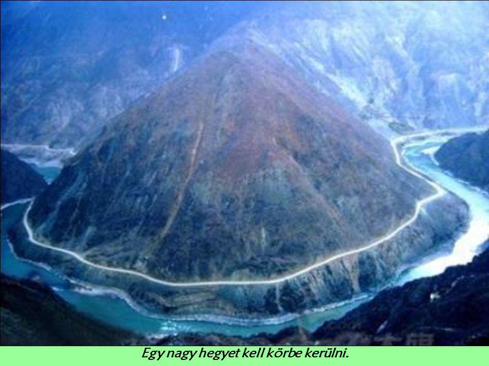 Egy nagy hegyet kell körbe kerülni.