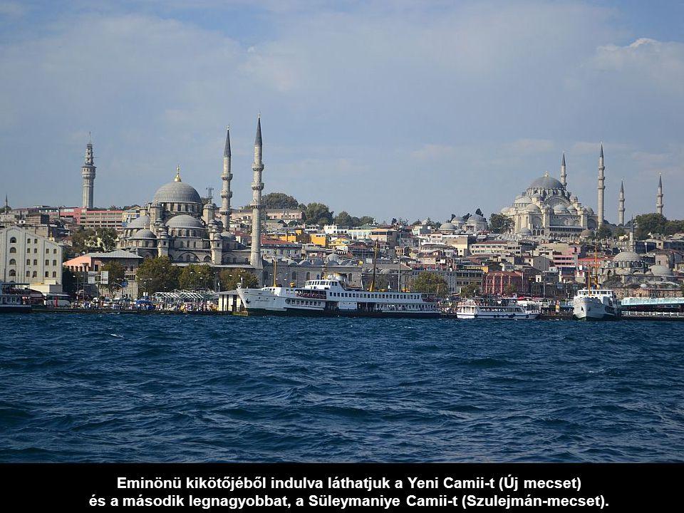 Eminönü kikötőjéből indulva láthatjuk a Yeni Camii-t (Új mecset)