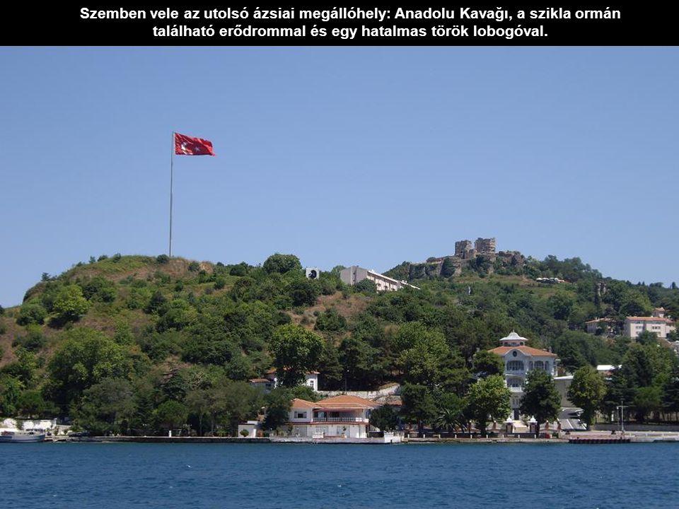 Szemben vele az utolsó ázsiai megállóhely: Anadolu Kavağı, a szikla ormán található erődrommal és egy hatalmas török lobogóval.