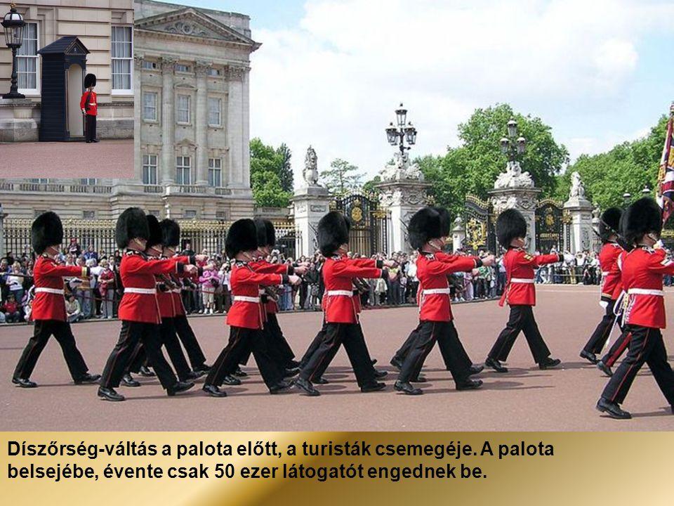 Díszőrség-váltás a palota előtt, a turisták csemegéje
