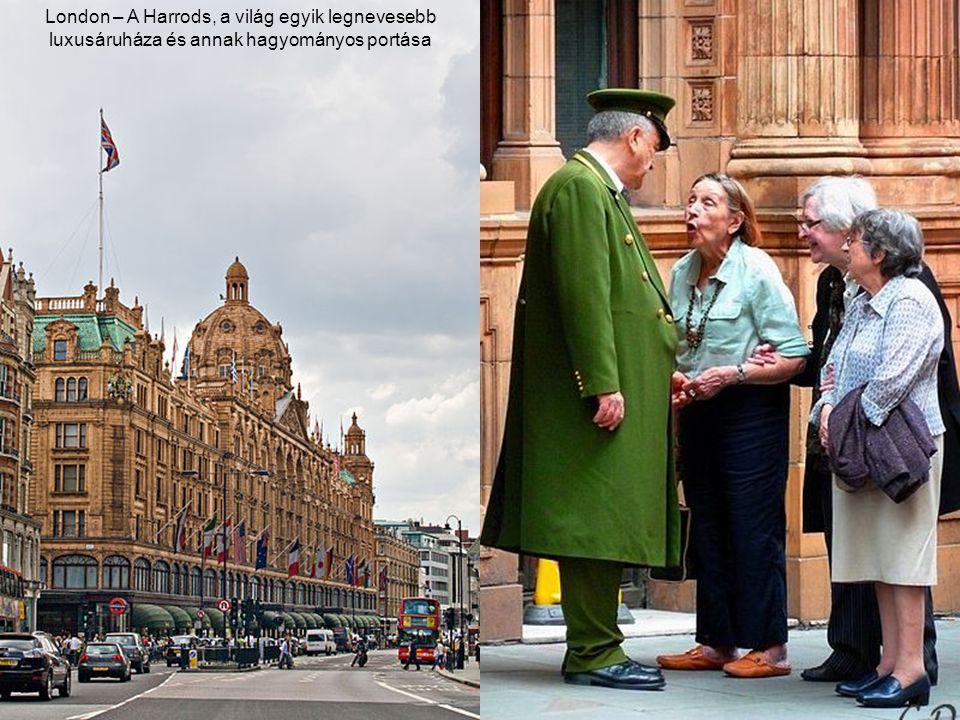 London – A Harrods, a világ egyik legnevesebb luxusáruháza és annak hagyományos portása