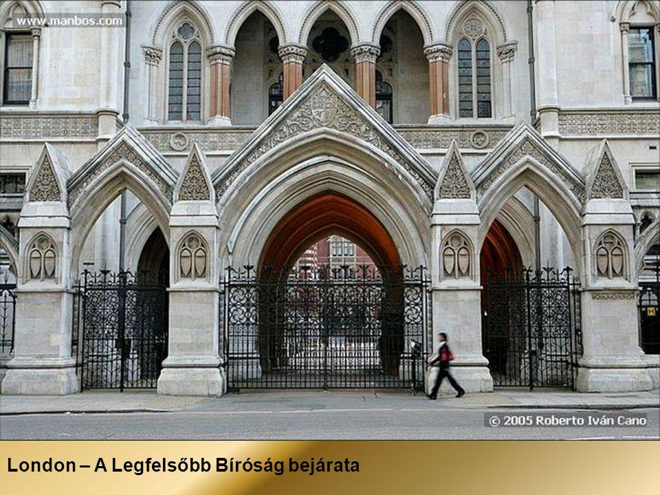 London – A Legfelsőbb Bíróság bejárata