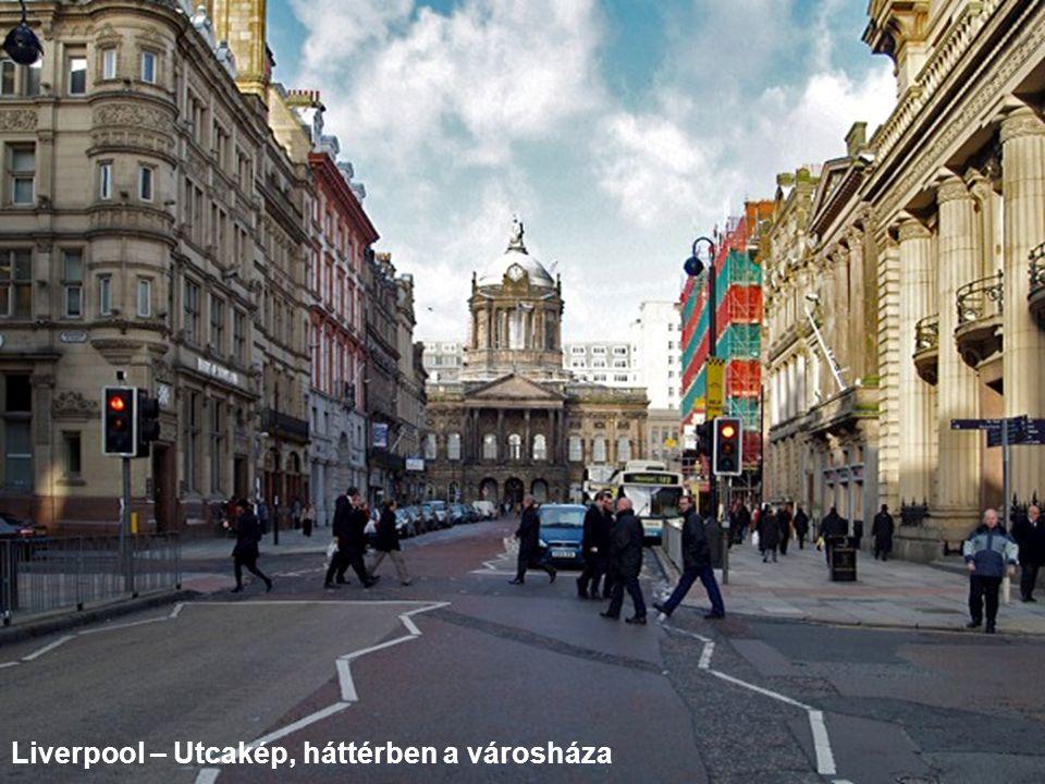 Liverpool – Utcakép, háttérben a városháza