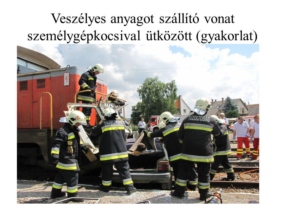 Veszélyes anyagot szállító vonat személygépkocsival ütközött (gyakorlat)