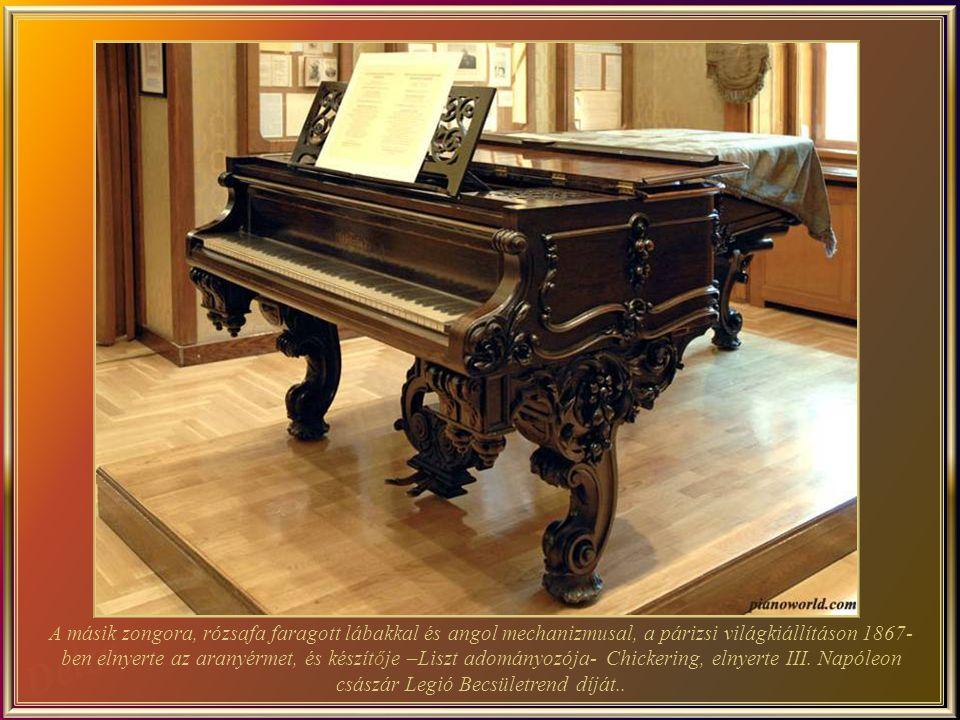 A másik zongora, rózsafa faragott lábakkal és angol mechanizmusal, a párizsi világkiállításon 1867-ben elnyerte az aranyérmet, és készítője –Liszt adományozója- Chickering, elnyerte III.