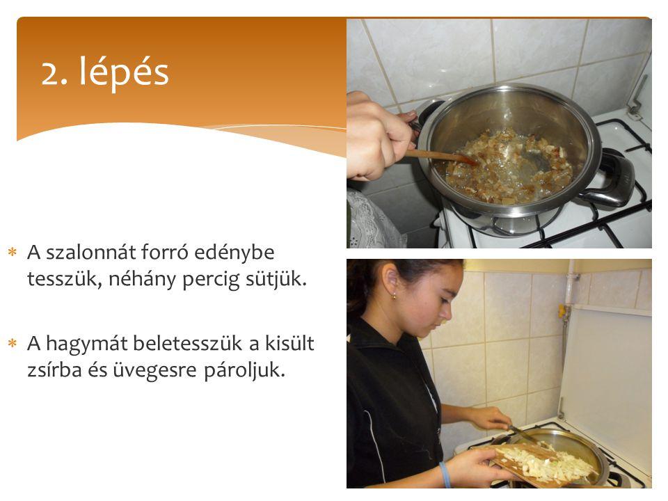 2. lépés A szalonnát forró edénybe tesszük, néhány percig sütjük.