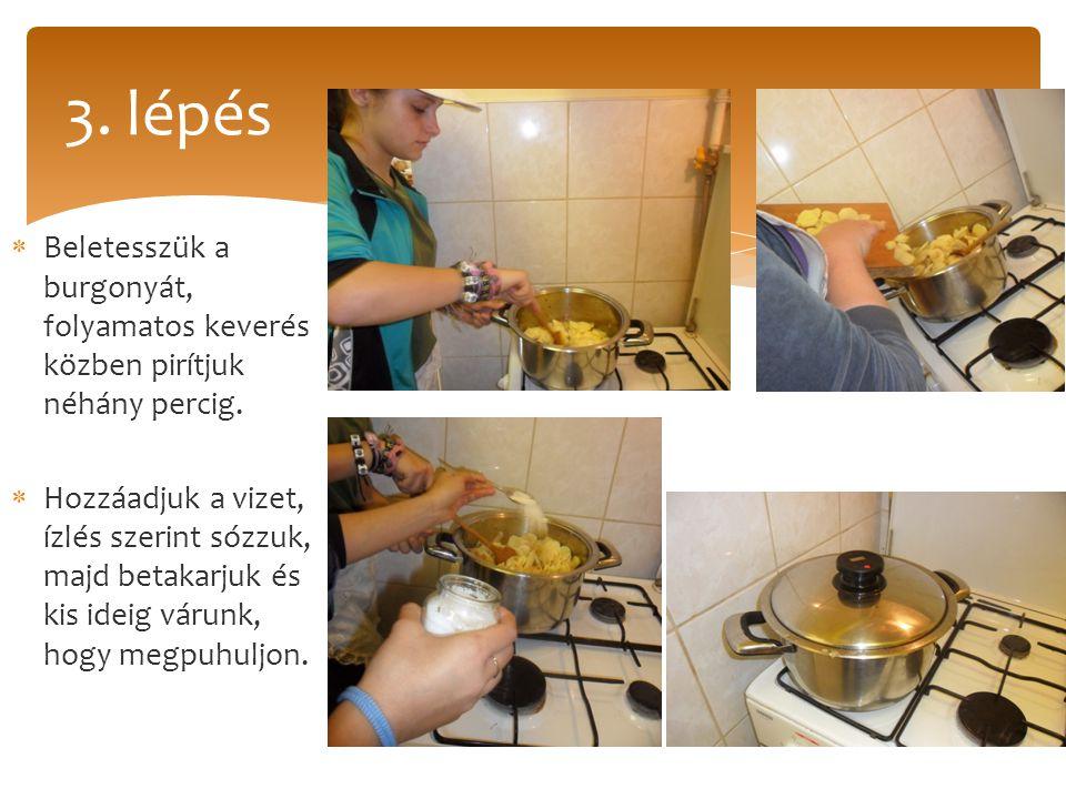 3. lépés Beletesszük a burgonyát, folyamatos keverés közben pirítjuk néhány percig.