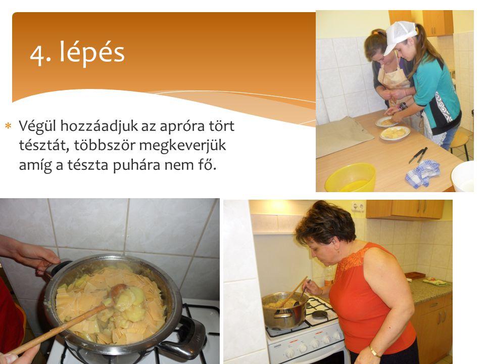 4. lépés Végül hozzáadjuk az apróra tört tésztát, többször megkeverjük amíg a tészta puhára nem fő.
