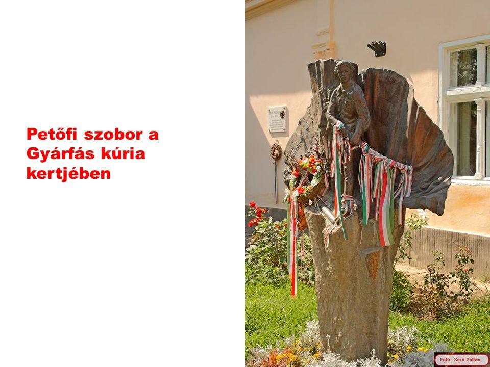 Petőfi szobor a Gyárfás kúria kertjében
