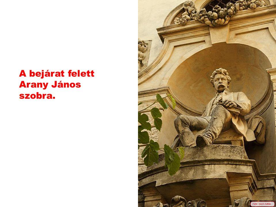 A bejárat felett Arany János szobra.