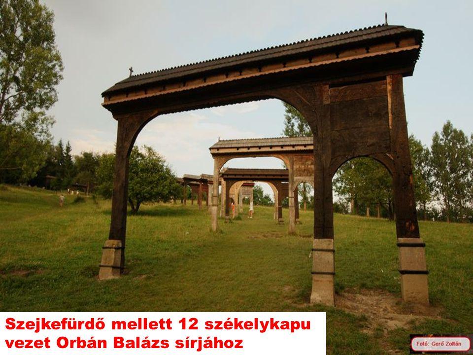 Szejkefürdő mellett 12 székelykapu vezet Orbán Balázs sírjához