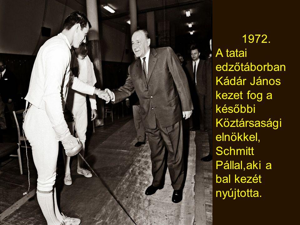 1972. A tatai edzőtáborban. Kádár János. kezet fog a. későbbi. Köztársasági. elnökkel, Schmitt Pállal,aki a bal kezét.